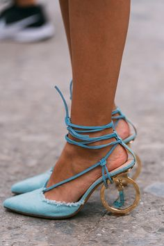 Best Street Style of Milan Fashion Week Spring 2020 Dior Haute Couture, Couture Fashion, Christian Lacroix, Shoes Heels, Pumps, Fab Shoes, Blue Shoes, Dress Shoes, Zuhair Murad