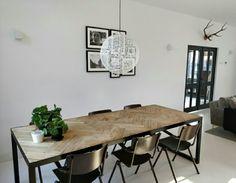 #lb57 visgraat tafelblad - witte gietvloer - Galvanitas schoolstoelen Bar Lighting, Dinner Table, Interior Inspiration, New Homes, Dining Room, Flooring, Furniture, Garage, Home Decor