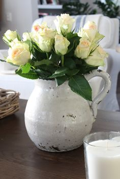 Camilla At Home: Helg & roser Pretty Flowers, Fresh Flowers, Vida Natural, Climbing Roses, Container Flowers, Beautiful Roses, Beautiful Things, Vintage Flowers, Floral Arrangements