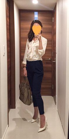 Pink shirt: GAP, Navy pants: Des Pres, Beige bag: Celine, White heels: Jimmy Choo