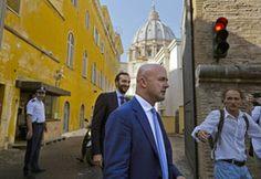 El Vaticano condena a 2 por filtraciones