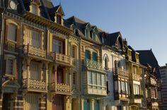 """Facades de villas à Mers-les-Bains entre Normandie et baie de Somme.<br />Une architecture d'influence qui s'inspire de l' """" Anglo-Flamand """" et de l' """" Art Nouveau """". <br />Un style où la brique domine ; les façades s'ornent de balcons, de lucarnes, de combles à la Mansart. <br />On y trouve l'influence anglaise des villas résidentielles avec bow-windows, loggias et décors floraux."""