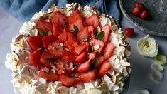 Sukkerbunnen dynket med moste jordbær og litt brun rom gir god smak. Lise Finckenhagens bløtkake har tre lag sukkerbunn, vaniljekrem, rørte jordbær og krem. Perfekt til 17. mai-festen.