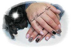 Unhas em Gel cor rosa com  nail art com Unhas em Gel em cor de Rosa clarinho com preto e nail art feita á mão com #cristaisSwarovski
