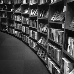 Livros! #cultura #culture #livro #book #pb #bw #blackandwhite #blackandwhitephotography #pretoebranco #tranquilidade #tranquility #leitura #reading #bw_photooftheday #iphonephotography #iphonephotographer #photographer #photooftheday #talentosfotograficosdoig #livrariacultura #livraria #bnw_greatshots #bnw_fanatics #bnw_captures #bnw_just #bookstore #literature #literatura #livraria #library #pbmag