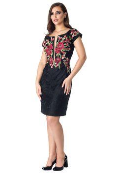 Vestido curto em renda preta, com aplicação em flores rendadas na parte superior, decote com transparência em tule e costas em transparência em renda.