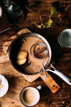 Winters are here & who doesn't love to enjoy a hot cup of chai or tea to beat the cold. Here is a recipe to make a delicious cup of Masala Chai. Bebidas Low Carb, Chai Tee, Dungeons E Dragons, Different Types Of Tea, Comida India, Masala Chai, Tea Latte, Cafe Bar, Yummy Drinks