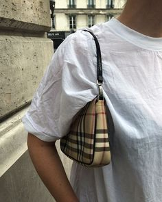 How to style designer accessories. How to wear a designer handbag with a casual outfit. White t-shirt outfit inspiration for day to day casual outfits. Look Fashion, Fashion Bags, Fashion Outfits, Womens Fashion, Fashion Spring, Woman Outfits, Fashion Accessories, Cher Horowitz, Sacs Design