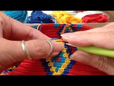 Mochila, how to prevent the yarns from tangling / hoe hou je de draden uit de knoop - Crochet Jars Crochet Handbags, Crochet Purses, Crochet Bags, Tapestry Crochet Patterns, Crochet Stitches, Mochila Tutorial, Mochila Crochet, Crochet Diy, Tapestry Bag