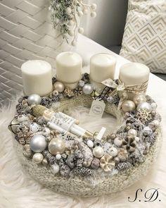 kötött adventi koszorú diótörő Christmas Centerpieces, Diy Christmas Ornaments, Christmas Tree Decorations, Christmas Wreaths, Holiday Decor, Advent Wreath, Dollar Store Crafts, White Christmas, Diy And Crafts