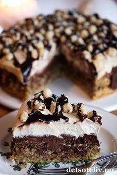 """Her er et herlig kaketips til helgen! """"Nøttekake med sjokolade og kaffekrem"""" er den mest leste oppskriften på NRK Mat i 2014! Jeg måtte såklart også teste kaken, og den var veldig, veldig god. Kaken består av en meget myk nøttebunn som synker sammen i midten etter at den er ferdigstekt. Det passer bra, for gropen fylles med et deilig sjokoladefyll. På toppen dekkes kaken med luftig kaffekrem, som smaker deilig til resten. Jeg har pyntet kaken med hele hasselnøtter og sjokoladesaus, men ka... Raw Food Recipes, Sweet Recipes, Cake Recipes, Dessert Recipes, Norwegian Cuisine, Norwegian Food, Pudding Desserts, No Bake Desserts, Food Cakes"""