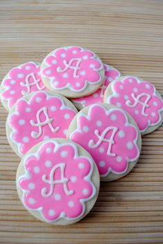 Great tutorial on how to make monogram cookies! Just print out the letters, put wax paper over the letters and trace with almond bark (white chocolate)! Fancy Cookies, Iced Cookies, Cute Cookies, Cupcake Cookies, Drop Cookies, Galletas Decoradas Royal Icing, Cookies Decorados, Galletas Cookies, Cookie Icing