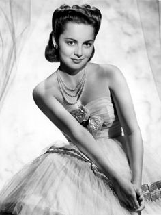 A beautiful portrait of Olivia de Havilland (love her hair here!). #vintage #1940s #actresses