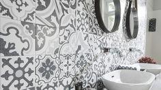 Collage de mosaicos hidráulicos en pared de baño