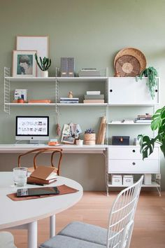 Feng Shui Home Office Colors & Want a Feng Shui Office at Home? Here& How The post Home Office Feng Shui Using Lighting and Colors appeared first on Suggestions. Green Home Offices, Home Office Colors, Home Office Desks, Sage Green Walls, Light Green Walls, Gray Green, Bureau Design, Design Desk, Feng Shui Home Office