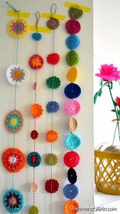 decora y adora: inspiración guirnalda a crochet - Stricken anleitungen,Stricken einfach,Stricken ideen,Stricken tiere,Stricken strickjacke Crochet Diy, Crochet Bunting, Crochet Garland, Crochet Curtains, Crochet Decoration, Crochet Home Decor, Crochet Motifs, Crochet Granny, Crochet Crafts