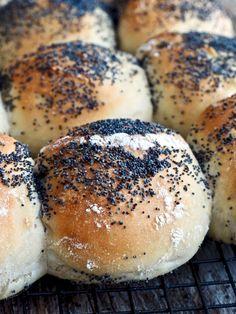 Eltefrie rundstykker med valmuefrø Bread Recipes, Baking Recipes, Danish Food, Piece Of Bread, Bagel, Side Dishes, Yummy Food, Sweet, Kitchen