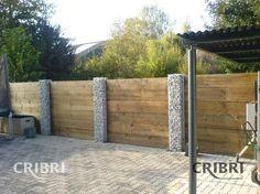 mini-clôture gabion avec les palissades en bois. Cela fait plus chaleureux que si le gabion était plus large (je trouve!)