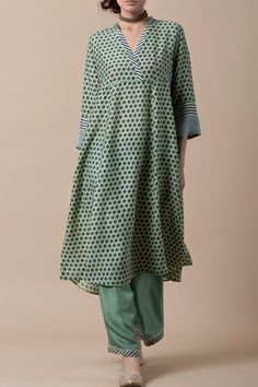 Good Earth - LAILA Handblock printed kurta in silk modal with a striped placket, and pattern of chevrons on the sleeve cuffs, teamed with a habutai silk farshi. Kurta Patterns, Kurta Style, Kurta Neck Design, Indian Designer Suits, Kurta Designs Women, Kurti Designs Party Wear, Dress Indian Style, Pakistani Dresses, Indian Fashion