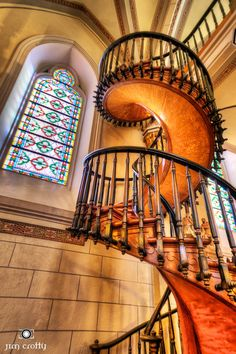Miraculous Spiral Staircase, Santa Fe, New Mexico. Two mysteries surround the spiral staircase in the Loretto Chapel: the identity of its builder and the physics of its construction. photo by jim crotty. Grand Staircase, Staircase Design, Escalier Art, Loretto Chapel, Architecture Unique, Interior Architecture, Take The Stairs, Stairway To Heaven, Stairways