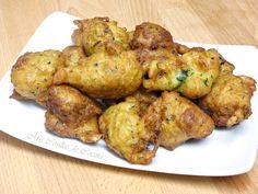 Buñuelos de calabacín / 1 calabacin grande o 2 pequeños. 2 huevos medianos. 150cc de leche. 1 sobre de levadura en polvo. 2 dientes de ajo, perejil. 200g de harina mas o menos. Sal. Aceite para freír