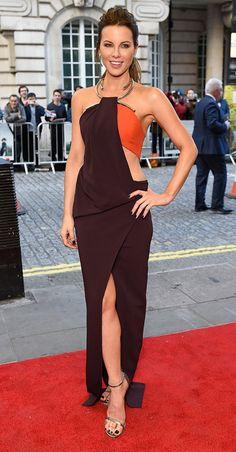 Sexy de Fashion Police Kate Beckinsale est un exemple à suivre à bien des niveaux à l'avant-première de Love & Friendship à Londres dans sa robe moulante Thierry Mugler qu'elle porte avec des escarpins Stuart Weitzman. On ne peut s'empêcher de baver sur le bel ornement sexy en métal qu'elle porte autour du cou. Suivez-nous sur Twitter et Facebook !