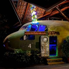 El Avion Is A CIA Aircraft Abandoned In Costa Rica Jungle Turned Into A Cool Bar-restaurant  #airplane #costarica #elavion #food #restaurant #travel