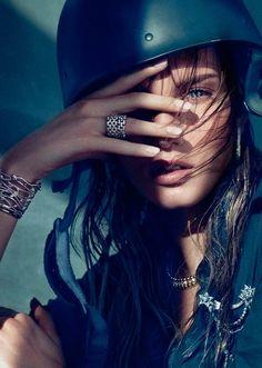 Fancy - Cartier Maillon Panthere Rings 典型的广告公司的拍法。  注重模特的表述