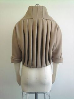 Pleated jacket back detail - creative pattern cutting; fabric manipulation // Helen Rix - Fashion up Trend Techniques Couture, Sewing Techniques, Draping Techniques, Pattern Cutting, Pattern Making, Fashion Art, Trendy Fashion, Fashion Design, Textile Manipulation