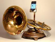 Förstärk ljudet i din nya telefon via en gammal trombon http://blish.se/769d51c37b #blåsinstrument #iphone #förstärkare #gadgets