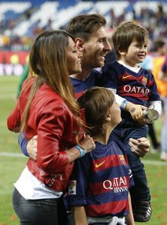 A Great player's family Sweet family Lionel Messi, Messi 10, God Of Football, Sport Football, Antonella Roccuzzo, Soccer Players, Fc Barcelona, Manchester United, Sports And Politics