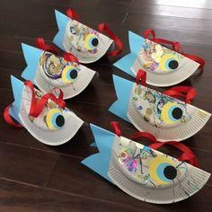 紙皿で鯉のぼりの首飾り~♪紙皿にシール、マジックで子供の好きなようにデコデコ♪紙皿を半分に折って色画用紙で作った目玉、尾っぽをつけてー、半分に折ったとこにバランスよく穴を開けてリボンを通したら~出来上がりっ(*´︶`*)ฅ♡