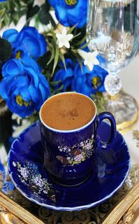 Article & Content Page Coffee Is Life, Coffee Art, Coffee Time, Coffee Cups, Tea Cups, Espresso Cups, Glace Fruit, Chocolates, Coffee Presentation