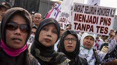 Tuntutan Guru Honorer Dikabulkan, Demo Berakhir dengan Haru   Majalah Kartini
