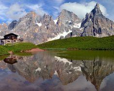 Laghetto Baita Segantini col Cimon della Pala Dolomiti Italia