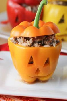 Halloween Stuffed Peppers - so cute and so delicious! We made this for Halloween Also a good year round recipe for stuffed peppers. Good idea for meal prep Healthy Halloween, Halloween Dinner, Halloween Food For Party, Halloween Treats, Diy Halloween, Halloween Decorations, Halloween Halloween, Dessert Halloween, Halloween Stuffed Peppers