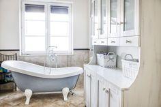 Łazienka w prowansalskim klimacie z wolno stojącą wanną.