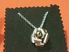 Small pink pendant with chain. Made with a Nespresso capsule. // Colgante de rosa pequeña con cadena. Hecha con una cápsula de Nespresso.