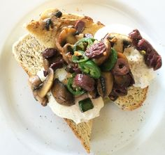 I am going to show you how you can put together this stunning breakfast in 10 minutes; Poached Eggs with Sauteed Mushroom, Olives and Jalapeno and drizzled with truffle oil.