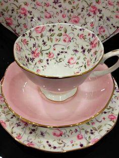 Tasa rosa con flores pequeñas