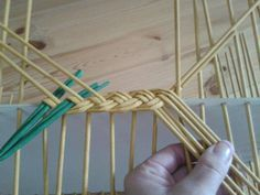 Newspaper Basket, Newspaper Crafts, Paper Weaving, Weaving Art, Willow Weaving, Basket Weaving, Upcycled Crafts, Diy And Crafts, Diy Paper