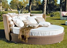 Comfortable Round Rattan Garden Daybed Outdoor Furniture Design
