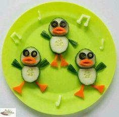 Fun food art Dancing Ducks - Fun, healthy, creative food for kids big and small Sooo sweet:) Cute Snacks, Good Healthy Snacks, Healthy Meals For Kids, Cute Food, Kids Meals, Good Food, Funny Food, Fruit Snacks, Fruit Recipes For Kids