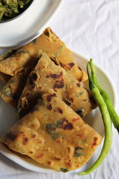 Gujarati Thepla is a flat Indian Bread made of whole wheat + Gram flour + some Indian spices + fenugreek leaves. Veg Recipes, Indian Food Recipes, Vegetarian Recipes, Cooking Recipes, Recipies, Gujarati Cuisine, Gujarati Recipes, Gujarati Food, Comida India