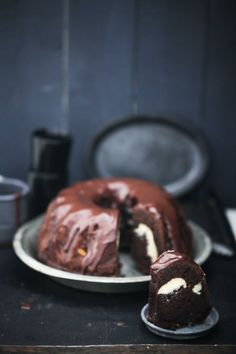 chocolate bundt cake with cheesecake filling / tunnel of cheesecake.