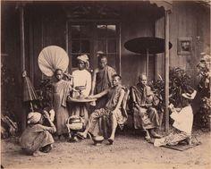 Lot 180 - BIRMANIE - COLIN MURRAY attribué à Groupe de Bonzes, ca. 1875. Tirage albuminé monté sur carton, légendé à l'encre sous l'image. Image 18,9 x 23,5 cm; montage: 31,5 x 41,2 cm. Estimation : 560 / 600  €