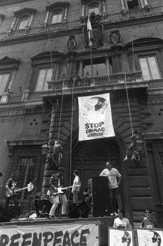 Gianna Nannini insieme a Greenpeace scala Palazzo Farnese, sede dell'ambasciata francese a Roma. Era il 1995 e la Francia stava effettuando i test nucleari a Mururoa, nella Polinesia francese.