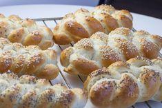 Toto je výborný recept na nadýchané, jemné, slané pletienky. Cesto nemusí skoro vôbec kysnúť a verte či nie, pletienky v rúre zdvojnásobia objem. Sypeme ich morskou soľou, sezamom, makom alebo rascou. Ako má kto rád. Pretzel Bites, Bread, Food, Hampers, Brot, Essen, Baking, Meals, Breads