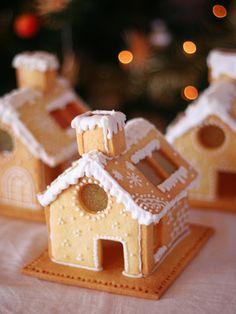 プレゼントにも喜ばれるクリスマススイーツが素敵! | エキサイトブログ特別企画 人気ブロガーがおすすめする!HOTなクリスマス私流の楽しみ方♪ Christmas Cookies Gift, Christmas Gingerbread House, Christmas Sweets, Christmas Cooking, Gingerbread Cookies, Gingerbread Houses, Minnie Mouse Cookies, Cookie House, Creative Desserts