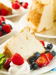 L'Angel Cake si presta ottimamente per rallegrare, insieme a un buon tè o una spremuta fresca, un pomeriggio con gli amici.
